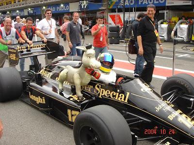 Бруно Сенна рулем болида Айртона Lotus вместе с осликом на Гран-при Бразилии 2004