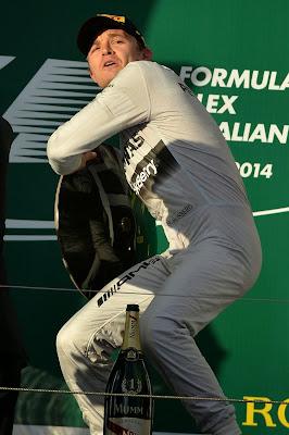 Нико Росберг с победным кубком на подиуме Гран-при Австралии 2014