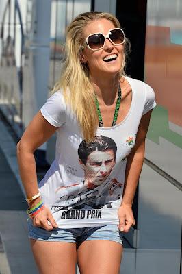 Дженнифер Бекс в футболке в честь 100-ой гонки Адриана Сутиля на Гран-при Венгрии 2013