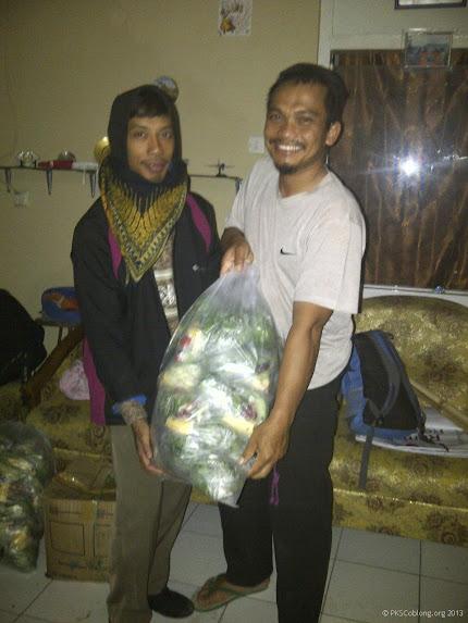 Membagikan jatah sayur untuk ditukar dengan 4 botol bekas saat kampanye di Sadang Serang