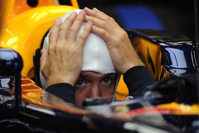 Себастьян Феттель фэйспалмит по голове в кокпите Red Bull на Гран-при Бельгии 2011