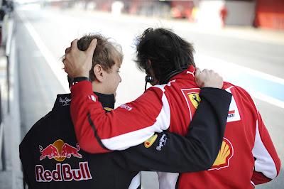 обнимающиеся Себастьян Феттель и Массимо Ривола на предсезонных тестах 2012 в Барселоне 3 марта 2012