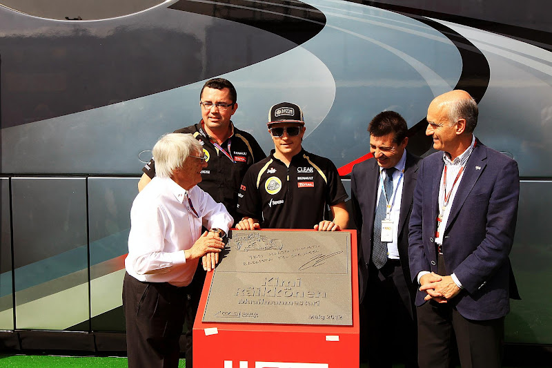 Кими Райкконен Берни Экклстоун Эрик Буйе на открытии доски памяти на автодроме Каталунья на Гран-при Испании 2012