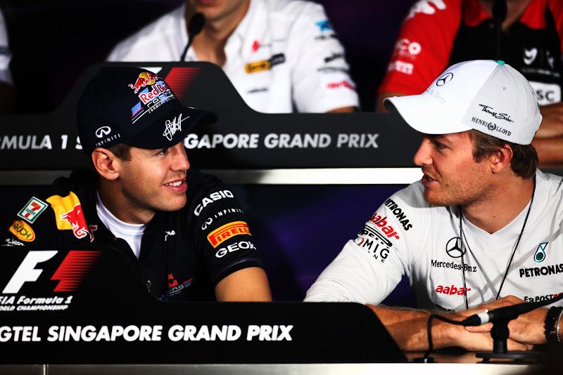 Себастьян Феттель и Нико Росберг поворачиваются друг к другу на пресс-конференции Гран-при Сингапура 2011 в четверг