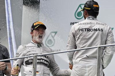 Нико Росберг под шампанским Льюиса Хэмилтона на подиуме Гран-при Малайзии 2014