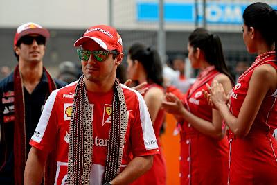 Фелипе Масса в традиционном шарфе на параде пилотов Гран-при Индии 2013