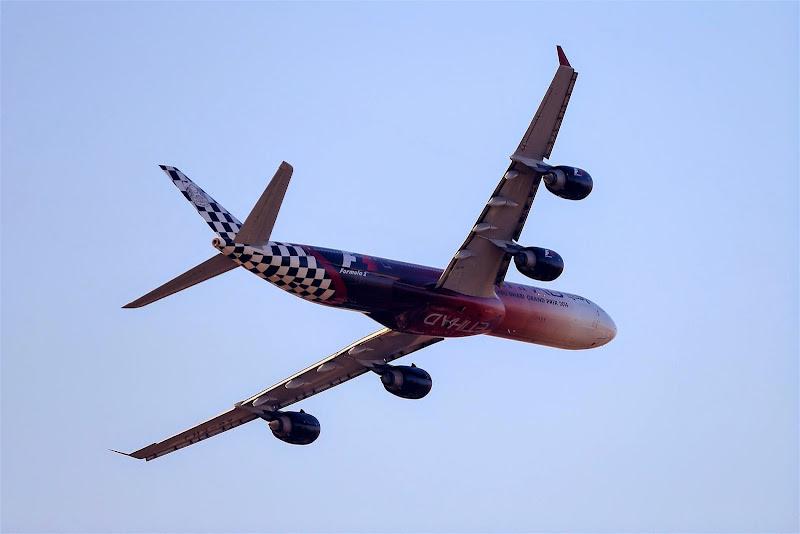 самолет Etihad на Гран-при Абу-Даби 2014