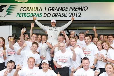 Михаэль Шумахер на плечах команды Mercedes на Гран-при Бразилии 2012