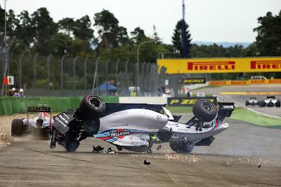 Себастьян Феттель уезжает от перевернутого Фелипе Массы на Гран-при Германии 2014