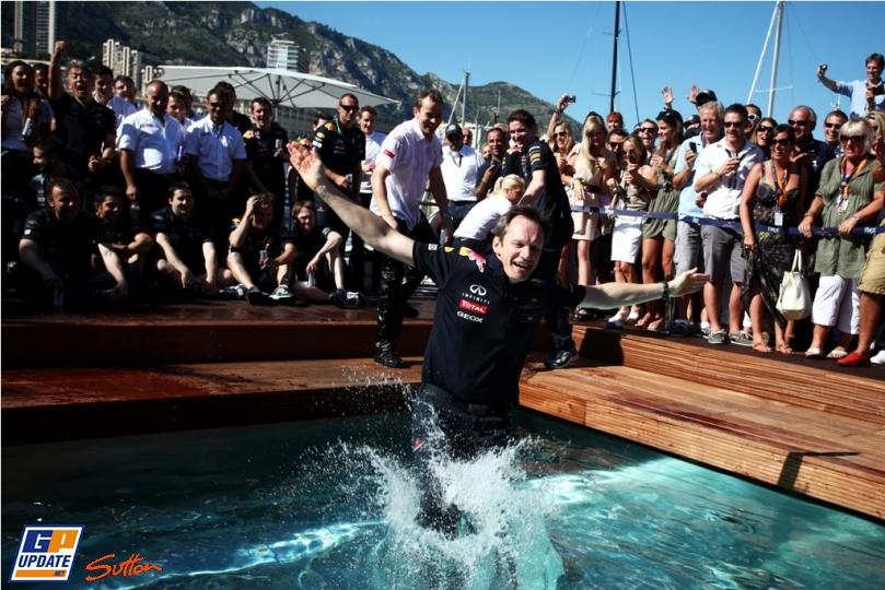 Кристиан Хорнер прыгает в бассейн на Гран-при Монако 2011