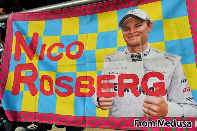 баннеры Medusa в поддержку Нико Росберга на трибунах Сузуки на Гран-при Японии 2013