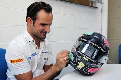 Витантонио Льюцци разукрашивает свой шлем для Гран-при Бразилии 2011