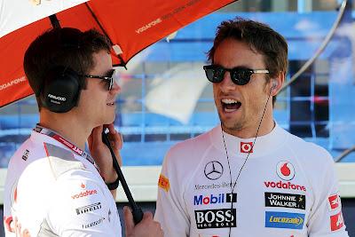 Дженсон Баттон и механик под зонтиком на Гран-при Австралии 2012