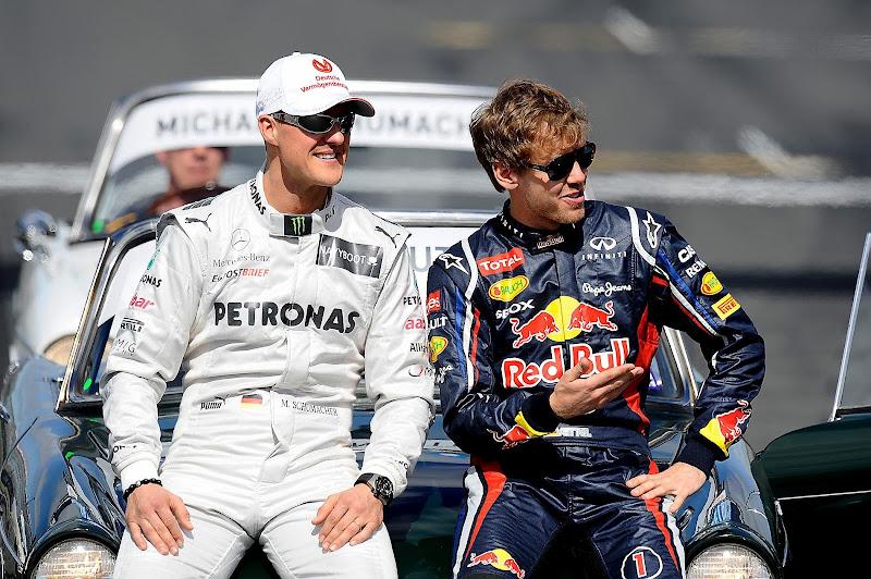 улыбающиеся Михаэль Шумахер и Себастьян Феттель на фотосессии чемпионов на Гран-при Австралии 2012