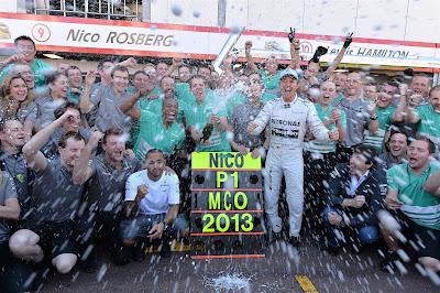Нико Росберг и Льюис Хэмилтон с механикам Mercedes празднуют победу на Гран-при Монако 2013