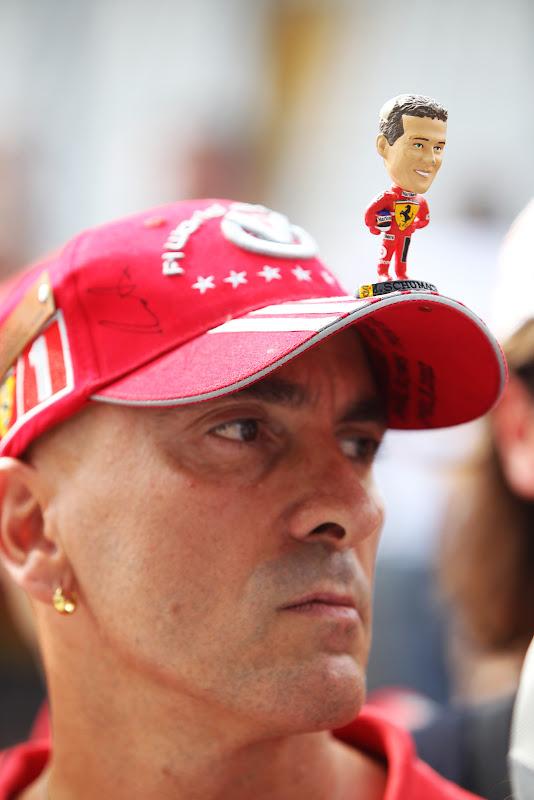 болельщик Ferrari и Михаэля Шумахер в оригинальной кепке на Гран-при Италии 2011 в Монце