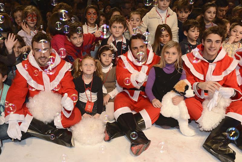 Фернандо Алонсо Фелипе Масса Жюль Бьянки в нарядах Санты с детьми в Маранелло 16 декабря 2012