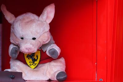 розовая плюшевая свинка Ferrari на Гран-при Австралии 2013