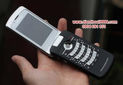 """Bán điện thoại BlackBerry 8220 flip, điện thoại blackberry nắp gập, bán điện thoại nắp gập, bán blackberry 8220 wifi nắp gập, bán điện thoại blackberry 8220 tại hà nội, bán blackberry 8220 cũ giá rẻ. BlackBerry 8220 kiểu dáng nắp gập thời trang, thiết kết màn hình ngoài phủ kính bóng sang trọng, BB 8220 có đầy đủ kết nối edge, wifi để lên mạng nhanh hơn, bàn phím 1/2 qwerty độc đáo, đầy đủ tính năng giải trí nghe nhạc quay phim chụp ảnh wifi BlackBerry 8220 nắp gập đang được bán tại DIENTHOAI9999.COM với giá tốt nhất, tất cả các máy bán ra đều được kiểm tra kĩ, mọi tính năng hoạt động tốt, không lỗi lầm,  hình thức đẹp như mới, không trầy xước, main máy móc nguyên bản, bao anh em thợ test máy thoải mái.  Giá: 950.000 (máy, pin, sạc) Bảo hành 1 tháng, bảo hành trong 1 phút, đổi ngay máy khác cho anh em. Liên hệ: 0904.691.851   BlackBerry 8220 hiện đã trở thành mẫu điện thoại """"Để Sưu Tầm"""" vì thời gian đã ghi dấu ấn đậm nét lên 8220. Khi mà thiết kế dạng gập của BB 8220 không còn được hãng nào theo đuổi nữa. Ngay cả BlackBerry cũng """"Chào tử biệt"""" thiết kế điện thoại nắp gập. Các hãng từ Samsung, LG, HTC, Nokia đều không còn mẫu điện thoại gập nào được sản xuất từ rất lâu rồi khi mà kỷ nguyên Màn hình cảm ứng Iphone 2G đến đã vô tình chôn luôn các mẫu điện thoại gập. Nhưng dù gì đi chăng nữa nói gì đi chăng nữa BlackBerry 8220 cũng quá đẹp quá hấp dẫn hiếm có mẫu điện thoại nào có thể địch được sự hấp dẫn của 8220.  Điện thoại BlackBerry 8220 nổi bật với những thông số hấp dẫn hiếm có mẫu điện thoại nào có được:      - Thiết kế dạng gập thời trang ấn tượng với những đường cong hấp dẫn      - Cấu hình máy tương đối vào mạng nhanh với kết nối wifi, BIS BES      - Pin lâu, Pin BlackBerry 8220 dùng thoải mái 2-3 ngày không cần sạc pin      - Sóng sánh nghe gọi trên BlackBerry 8220 luôn là số 1, loa to và ấm, rõ nét từng chi tiết.   Khách hàng mua điện thoại này thường xem thêm:  Hình chụp máy:                  Thông tin tham khảo: Điện thoại BlackBerry 8220 Flip kiểu dáng n"""