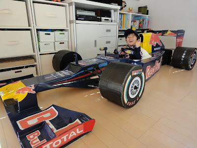 болид Red Bull RB8 из картона с ребенком