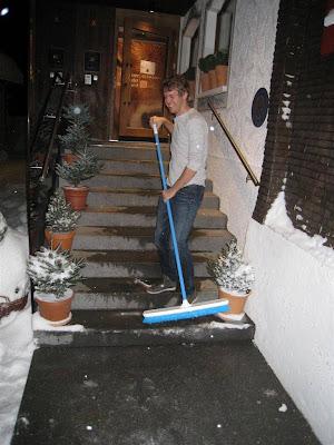 Себастьян Феттель со шваброй перед отелем Rote Wand 30 декабря 2011
