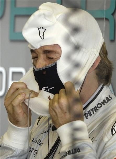 Нико Росберг одевает подшлемник на Гран-при Абу-Даби 2011