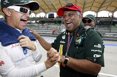 веселящиеся Хейкки Ковалайнен и Тони Фернандес на Гран-при Малайзии 2012