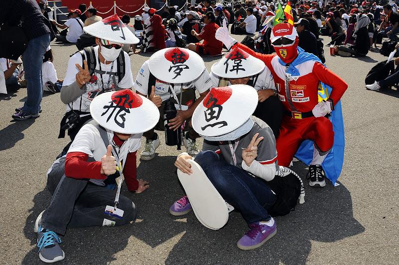 болельщики Камуи Кобаяши с иероглифами на шляпах на Гран-при Японии 2011