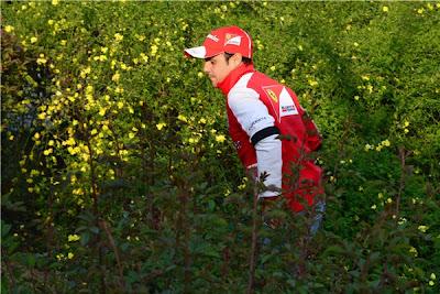 Фелипе Масса бегает среди зелени паддока Шанхая на Гран-при Китая 2013