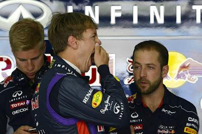 зевающий Себастьян Феттель и механики Red Bull на Гран-при Бахрейна 2013