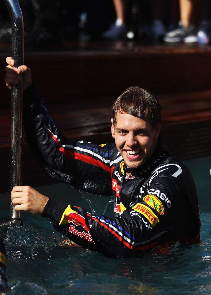 Себастьян Феттель вылазит из бассейна Red Bull на Гран-при Монако 2011