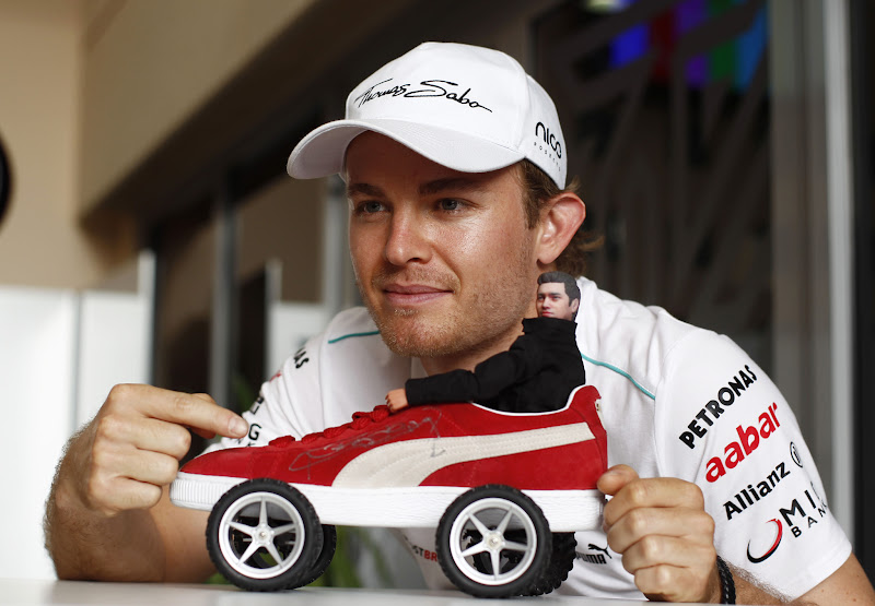 Нико Росберг и машинка в виде кросовка Puma с куклой на Гран-при Бахрейна 2012