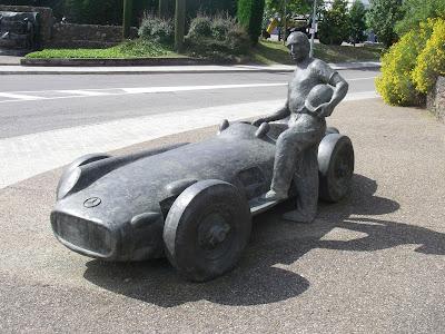 монумент Хуану-Мануэлю Фанхио около трассы в Каталунии Барселона Испания