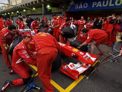 команда Ferrari со своими пилотами тренирует пит-стопы на Гран-при Бразилии 2004