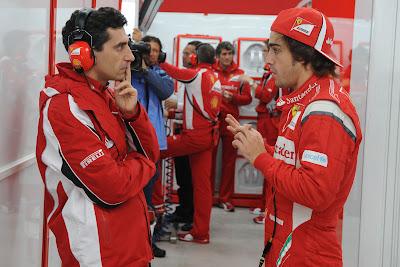 Андреа Стелла и Фернандо Алонсо в глубоких раздумьях в боксах Ferrari на Гран-при Кореи 2011