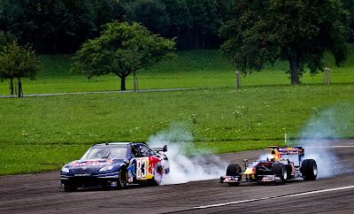 болиды NASCAR и Red Bull Патрика Фризахера и Себастьяна Буэми в швейцарском городке Моллис