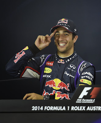 Даниэль Риккардо показывает палец на пресс-конференции после квалификации Гран-при Австралии 2014