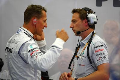 Михаэль Шумахер и рука у лица механика на Гран-при Бельгии 2011