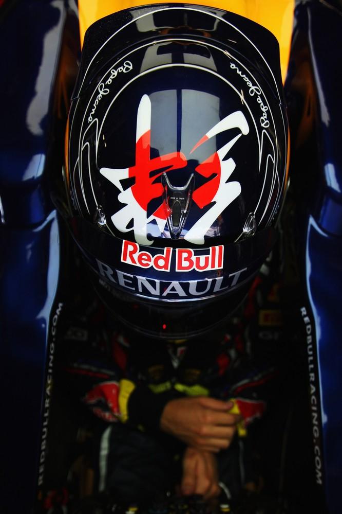 шлем Себастьяна Феттеля с иероглифом на Гран-при Японии 2011