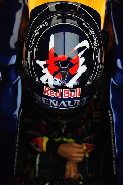 шлем Себастьяна Феттеля с иероглифом на Гран-при Японии 2011 - вид сбоку