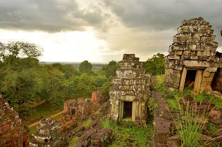 Phnom Bakheng. Pierwsza świątynia wybudowana w okolicy Angkor - IX-X wiek.