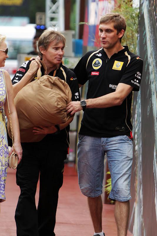 Виталий Петров отдает сумку своему инженеру на Гран-при Сингапура 2011