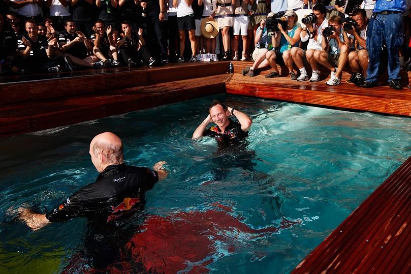 Кристиан Хорнер и Эдриан Ньюи в бассейне на Гран-при Монако 2011