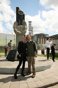 Ispred reaktora se nalazi spomenik posvećen svima onima koji su dali zdravlje i život
