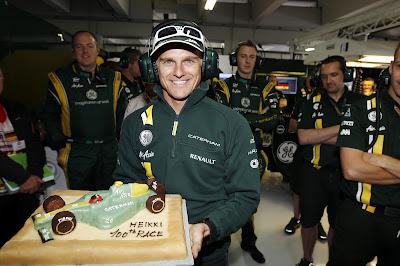 Хейкки Ковалайнен получает торт от Caterham в честь своего 100-ой гонки на Гран-при Германии 2012