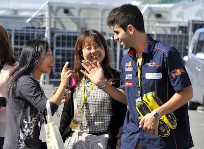 Хайме Альгерсуари со своими болельщиками на Гран-при Японии 2011