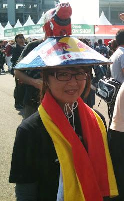болельщица Red Bull со зверушкой на шляпе на Гран-при Японии 2011