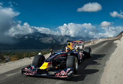 Нил Яни ведет свой Red Bull по дорогам Кашмира