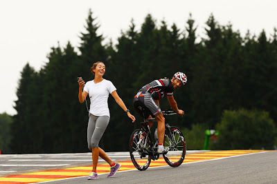 Марк Уэббер на велосипеде и Джессика Мичибата на трассе Спа на Гран-при Бельгии 2013