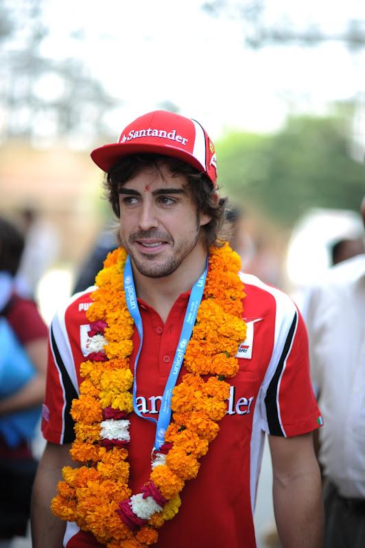 Фернандо Алонсо с оранжевой штуковиной на шеи на Гран-при Индии 2011